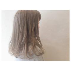 グレージュ ハイトーン ゆるふわ フェミニン ヘアスタイルや髪型の写真・画像