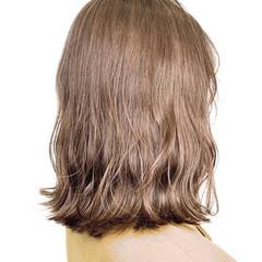 ミルクティーベージュ シアーベージュ ナチュラルベージュ セミロング ヘアスタイルや髪型の写真・画像
