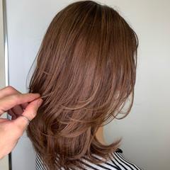 ミディアム ピンクベージュ ミディアムレイヤー 大人ハイライト ヘアスタイルや髪型の写真・画像