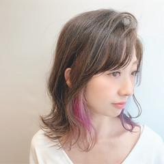 フェミニン 波巻き セミロング ブリーチ ヘアスタイルや髪型の写真・画像