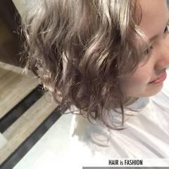 グレージュ ストリート ホワイト ウェーブ ヘアスタイルや髪型の写真・画像