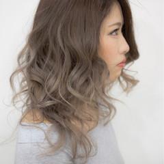 外国人風カラー コンサバ ミルクティー グラデーションカラー ヘアスタイルや髪型の写真・画像
