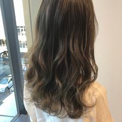 オリーブグレージュ 透明感カラー グレージュ ロング ヘアスタイルや髪型の写真・画像