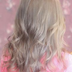 フェミニン セミロング ダブルカラー ミルクティー ヘアスタイルや髪型の写真・画像