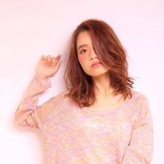 ミディアム ストリート ピンクアッシュ 流し前髪 ヘアスタイルや髪型の写真・画像