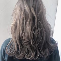 グレージュ ナチュラル セミロング 波ウェーブ ヘアスタイルや髪型の写真・画像