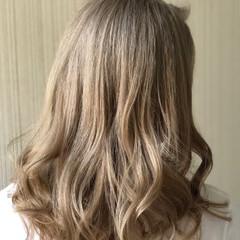 ホワイトグレージュ セミロング ガーリー 韓国 ヘアスタイルや髪型の写真・画像
