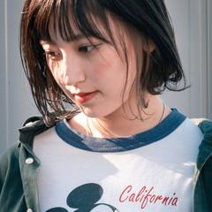 暗髪バイオレット ショートバング インナーカラー グレージュ ヘアスタイルや髪型の写真・画像
