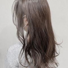 ゆる巻き センターパート アッシュグレージュ 3Dハイライト ヘアスタイルや髪型の写真・画像