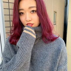 ミディアム ウェーブ ストリート ピンク ヘアスタイルや髪型の写真・画像