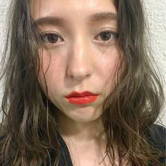セミロング くせ毛風 ピュア ナチュラル ヘアスタイルや髪型の写真・画像