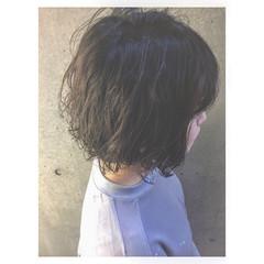 耳かけ グレージュ かわいい くせ毛風 ヘアスタイルや髪型の写真・画像