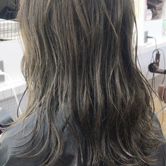 セミロング グレージュ ナチュラル ウェットヘア ヘアスタイルや髪型の写真・画像