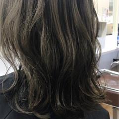 セミロング カーキ カーキアッシュ ウェットヘア ヘアスタイルや髪型の写真・画像