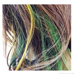 セミロング インナーカラー グリーン イエロー ヘアスタイルや髪型の写真・画像