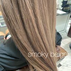 セミロング ガーリー ブリーチ グレージュ ヘアスタイルや髪型の写真・画像