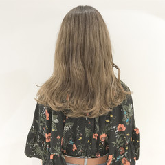ミルクティー グレージュ グラデーションカラー アッシュ ヘアスタイルや髪型の写真・画像
