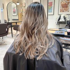ホワイトベージュ バレイヤージュ ナチュラル ミディアムレイヤー ヘアスタイルや髪型の写真・画像