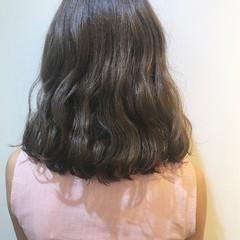 ミディアム 抜け感 リラックス グレージュ ヘアスタイルや髪型の写真・画像