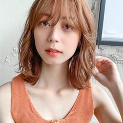 レイヤーカット ミディアム デジタルパーマ フェミニン ヘアスタイルや髪型の写真・画像