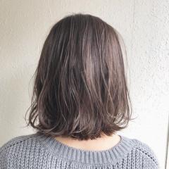 ショートヘア 外ハネボブ ナチュラル ハイライト ヘアスタイルや髪型の写真・画像