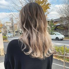 ロング バレイヤージュ 大人ハイライト アッシュベージュ ヘアスタイルや髪型の写真・画像