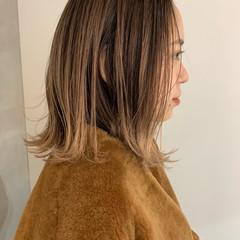 ミルクティーベージュ バレイヤージュ ナチュラル グラデーションカラー ヘアスタイルや髪型の写真・画像