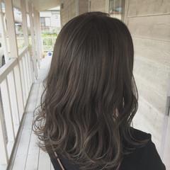 デート セミロング ミルクティーベージュ グレージュ ヘアスタイルや髪型の写真・画像