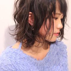 ミディアム 外ハネ フェミニン 波ウェーブ ヘアスタイルや髪型の写真・画像