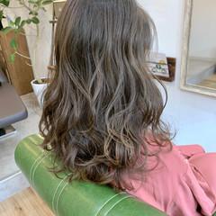 ロング エレガント アッシュグレージュ コテ巻き ヘアスタイルや髪型の写真・画像