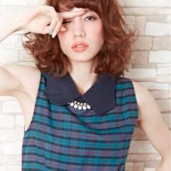 ミディアム ウェーブ ストリート モード ヘアスタイルや髪型の写真・画像