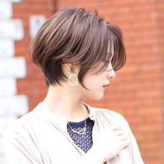 切りっぱなしボブ ショートヘア ナチュラル ベージュ ヘアスタイルや髪型の写真・画像