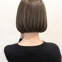 切りっぱなしボブ ベージュ ボブ 大人ハイライト ヘアスタイルや髪型の写真・画像