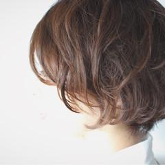 グレー ショート 大人女子 ナチュラル ヘアスタイルや髪型の写真・画像