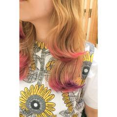 セミロング ピンク 波ウェーブ ストリート ヘアスタイルや髪型の写真・画像
