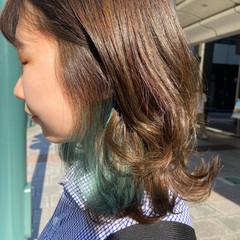 レイヤースタイル ホワイトブリーチ エメラルドグリーンカラー ナチュラル ヘアスタイルや髪型の写真・画像