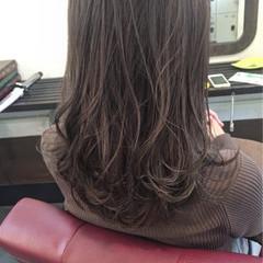 グレージュ ハイライト 暗髪 セミロング ヘアスタイルや髪型の写真・画像