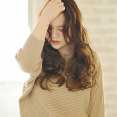 パーマ 大人かわいい ロング かき上げ前髪 ヘアスタイルや髪型の写真・画像