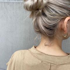 ハイトーンカラー お団子アレンジ 成人式ヘア ハイトーン ヘアスタイルや髪型の写真・画像