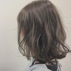 ガーリー 巻き髪 ミディアム ゆるウェーブ ヘアスタイルや髪型の写真・画像
