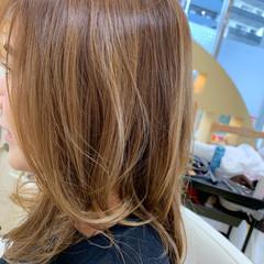 ベージュ バレイヤージュ セミロング デザインカラー ヘアスタイルや髪型の写真・画像