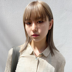 ブリーチカラー ミディアム アッシュ アッシュグレージュ ヘアスタイルや髪型の写真・画像