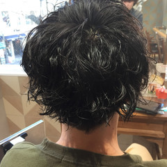 メンズヘア ショート スパイラルパーマ メンズマッシュ ヘアスタイルや髪型の写真・画像