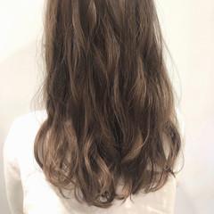 ミルクティーベージュ ウェーブ セミロング フェミニン ヘアスタイルや髪型の写真・画像