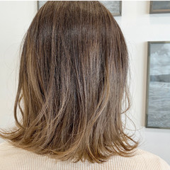 ミディアム グラデーションカラー バレイヤージュ ナチュラル ヘアスタイルや髪型の写真・画像
