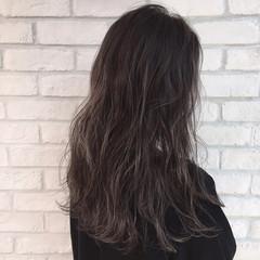 ロング アッシュベージュ ナチュラル リラックス ヘアスタイルや髪型の写真・画像