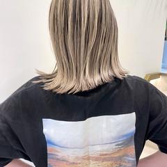 ミルクティーベージュ バレイヤージュ ハイライト ナチュラル ヘアスタイルや髪型の写真・画像