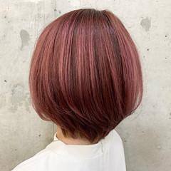 ピンク ショートヘア ナチュラル 大人ハイライト ヘアスタイルや髪型の写真・画像