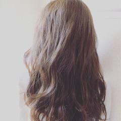 大人かわいい アッシュグレージュ アッシュ 波ウェーブ ヘアスタイルや髪型の写真・画像