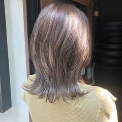 シルバーグレー レイヤーカット ナチュラル シルバー ヘアスタイルや髪型の写真・画像